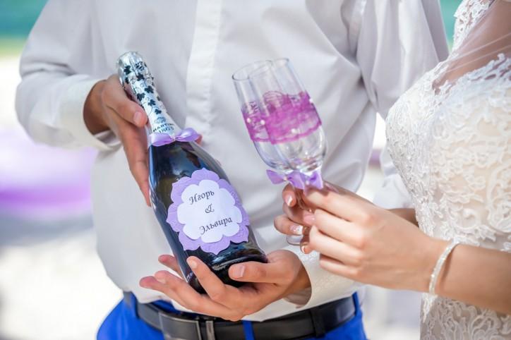 Индивидуально украшенное шампанское и бокалы, клятвы любви для каждой пары